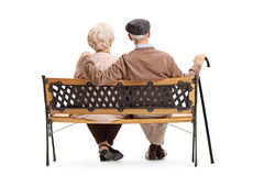Couples aînés se reposant sur un banc Photos libres de droits