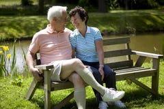 Couples aînés smilling à l'un l'autre Photographie stock