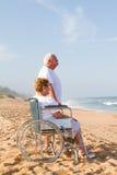 Couples aînés sur la plage Images libres de droits