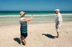 Couples aînés sur la plage Photographie stock libre de droits