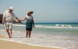 Couples aînés sur la plage Image stock