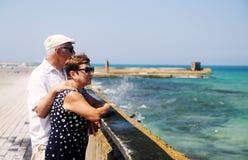 Couples aînés sur la plage Images stock