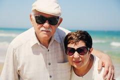 Couples aînés sur la plage Image libre de droits