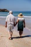 Couples aînés sur la plage Photo stock