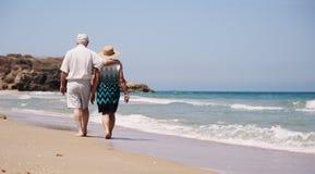 Couples aînés sur la plage Photo libre de droits
