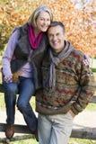 Couples aînés sur la promenade d'automne Images libres de droits