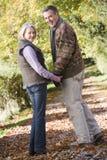 Couples aînés sur la promenade de régfion boisée Photos libres de droits