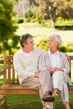 Couples aînés sur le banc Photographie stock