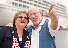 Couples aînés sur le rivage devant le bateau de croisière Images stock