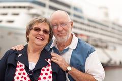 Couples aînés sur le rivage devant le bateau de croisière Photos stock