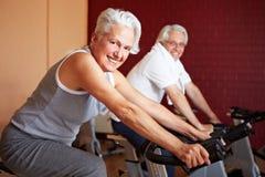 Couples aînés sur les vélos de rotation Photographie stock libre de droits