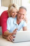 Couples aînés sur son ordinateur portable Image libre de droits