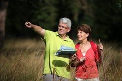 Couples aînés un jour hikking Images stock