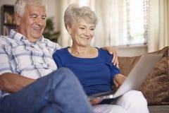 Couples aînés utilisant l'ordinateur portatif Image libre de droits