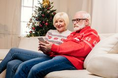 Couples aînés utilisant le smartphone Images stock