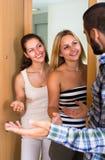 Couples accueillant l'ami à la porte Image libre de droits