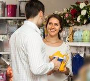 Couples achetant la vaisselle en céramique en céramique Photographie stock