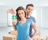 Couples achetant leur nouvelle maison Image stock
