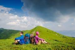 Couples actifs caucasiens appréciant la vue Images stock