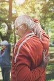 Couples actifs d'aînés s'exerçant en parc Orientation sur le plan Photo libre de droits