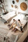 Couples actifs joyeux vérifiant la douceur du matelas présenté images stock