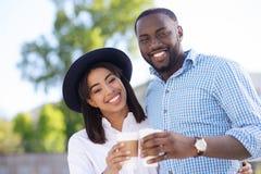 Couples actifs mignons ayant une date dans le parc Photos stock