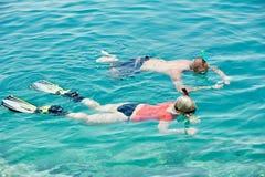 Couples actifs naviguant au schnorchel à la Mer Rouge Images libres de droits