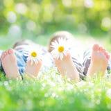 Couples actifs se trouvant sur l'herbe Photographie stock
