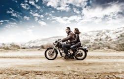 Couples actifs sur le motobike Photographie stock libre de droits