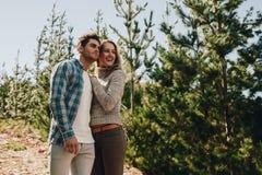 Couples admirant une vue tout en augmentant Image stock