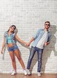 Couples adolescents élégants Photographie stock libre de droits