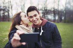 Couples adolescents affectueux prenant l'autoportrait Images stock