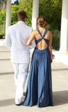 Couples adolescents allant au bal d'étudiants marchant loin Images libres de droits