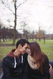 Couples adolescents appréciant un jour en parc Photos libres de droits