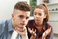 Couples adolescents ayant des difficultés de relations photos stock