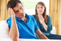 Couples adolescents ayant l'argument à la maison images libres de droits