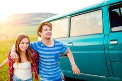 Couples adolescents dans l'amour dehors en nature, campervan vert Image stock