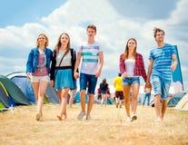 Couples adolescents dans l'amour, festival de musique de tente, été ensoleillé Photographie stock libre de droits