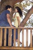 Couples adolescents dans la cabane dans un arbre Photos stock