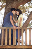 Couples adolescents dans la cabane dans un arbre Photo libre de droits