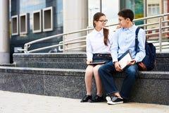 Couples adolescents dans la cour d'école Images libres de droits