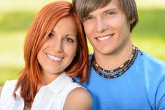 Couples adolescents dans le jour ensoleillé de sourire d'amour Images libres de droits