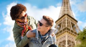 Couples adolescents heureux au-dessus de Tour Eiffel de Paris Photo stock