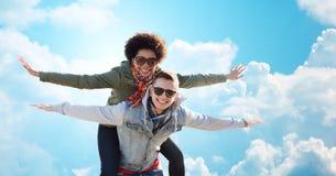 Couples adolescents heureux aux nuances ayant l'amusement dehors Photos libres de droits