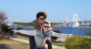 Couples adolescents heureux aux nuances ayant l'amusement dehors Image libre de droits