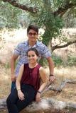 Couples adolescents heureux en parc images stock