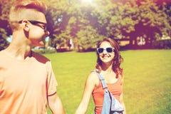 Couples adolescents heureux marchant au parc d'été Photo libre de droits