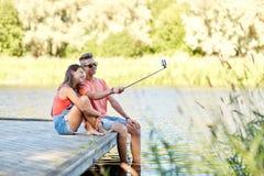 Couples adolescents heureux prenant le selfie sur le smartphone Images libres de droits