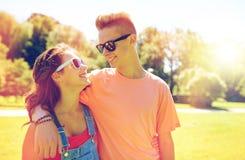 Couples adolescents heureux regardant l'un l'autre en parc Photos stock