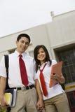 Couples adolescents heureux tenant des mains Image stock